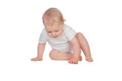 Fare da baby-sitter biondo adorabile sul pavimento Immagini Stock
