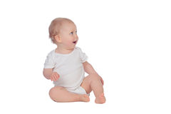 Fare da baby-sitter biondo adorabile sul pavimento Fotografia Stock Libera da Diritti