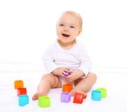 Fare da baby-sitter divertente che gioca con i giocattoli variopinti Fotografie Stock Libere da Diritti