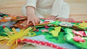 Fare da baby-sitter e giocare con i giocattoli Fotografia Stock