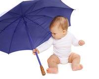 Fare da baby-sitter e giocare con l'ombrello Fotografie Stock Libere da Diritti