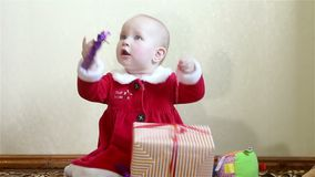 Fare da baby-sitter e tenere una scatola con un regalo stock footage