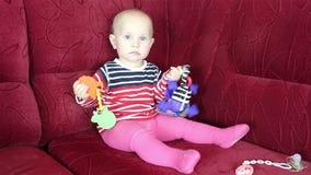Fare da baby-sitter ed esaminare la macchina fotografica, giocante con i giocattoli stock footage
