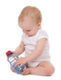 Fare da baby-sitter infantile del bambino con la bottiglia di acqua potabile Fotografia Stock