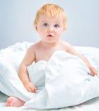 Fare da baby-sitter a letto Immagini Stock