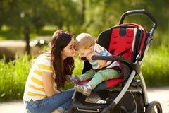Fare da baby-sitter in passeggiatore ed in mamma Fotografia Stock Libera da Diritti