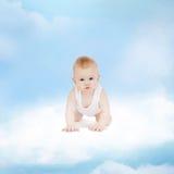 Fare da baby-sitter sorridente sulla nuvola Fotografia Stock