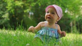 Fare da baby-sitter su erba in vestito blu video d archivio
