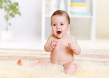 Fare da baby-sitter su tappeto lanuginoso a casa Fotografie Stock Libere da Diritti