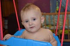 Fare da baby-sitter su un'oscillazione Immagini Stock Libere da Diritti