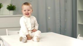 Fare da baby-sitter su una tavola archivi video