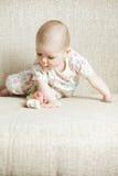 Fare da baby-sitter sul sofà Immagini Stock