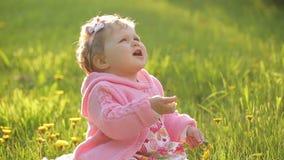Fare da baby-sitter sull'erba verde archivi video