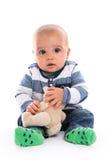 Fare da baby-sitter sveglio nell'orsacchiotto superiore a strisce della tenuta isolato su bianco Fotografie Stock