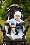 Fare da baby-sitter sveglio in passeggiatore sulla natura Immagini Stock Libere da Diritti