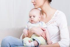 Fare da baby-sitter sveglio sul rivestimento della mummia Immagine Stock Libera da Diritti