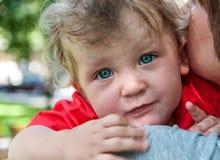 Fare da baby-sitter triste mia madre sulle sue mani Fotografia Stock Libera da Diritti