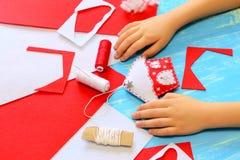 Fare del bambino Natale alloggia il giocattolo di feltro Il bambino mostra il giocattolo della casa di Natale Strumenti e materia Fotografie Stock Libere da Diritti