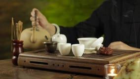 Fare del tè del cinese tradizionale stock footage