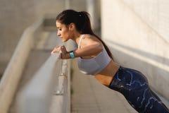 Fare della donna di forma fisica spinge verso l'alto l'esercizio Fotografie Stock Libere da Diritti