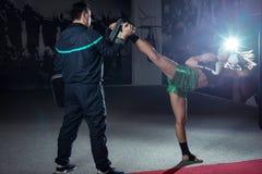 Fare della ragazza alto dà dei calci dentro al kick boxing Immagini Stock Libere da Diritti