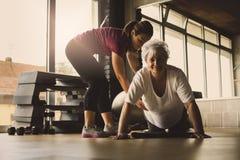 Fare delle donne più anziane spinge aumenta Immagini Stock Libere da Diritti