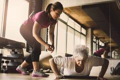Fare delle donne più anziane spinge aumenta Immagine Stock Libera da Diritti