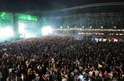 Fare festa folla ad un concerto in tensione Immagini Stock