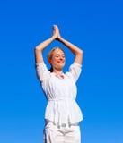 fare i giovani di yoga della donna Fotografia Stock