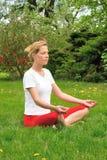 fare i giovani di yoga della donna di meditazione Immagine Stock