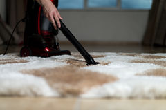 Fare il lavoro domestico con l'aspirapolvere Immagini Stock