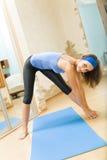 fare la donna di forma fisica di esercitazioni Fotografie Stock Libere da Diritti