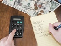 Fare le finanze domestiche con il calcolatore mentre prendendo le note Immagine Stock Libera da Diritti