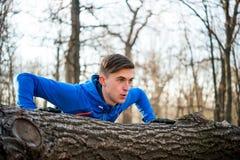 Fare maschio del corridore spinge verso l'alto sulla connessione il parco in Sunny Autumn Morning Stile di vita e concetto sani d Fotografia Stock Libera da Diritti