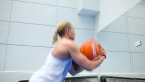 Fare sportivo muscolare della donna edifici occupati con la ponderazione nella palestra archivi video
