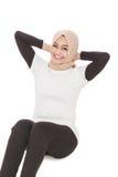 Fare sportivo musulmano della donna si siede su mentre sorride Fotografia Stock