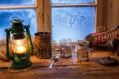 Fare tè caldo un giorno freddo immagini stock libere da diritti
