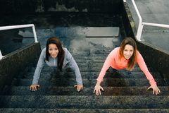 Fare urbano delle donne di forma fisica urbano spinge aumenta l'allenamento sulle scale Fotografia Stock