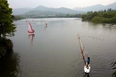 Fare windsurf Immagini Stock