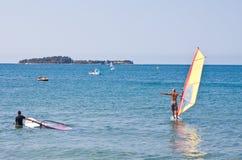 Fare windsurf Immagini Stock Libere da Diritti