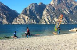 Fare windsurf degli uomini, stante alla riva Fotografia Stock Libera da Diritti
