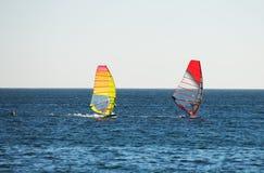 Fare windsurf di due genti Immagini Stock