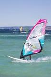 Fare windsurf: Windsurfer sulle vacanze estive Immagini Stock