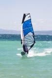Fare windsurf: Windsurfer sulle vacanze estive Fotografia Stock Libera da Diritti