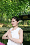 fare yoga esterna della donna Fotografia Stock