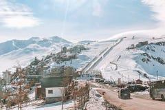 Farellones, Χιλή - τον Αύγουστο του 2011 - καταπληκτική άποψη της χιονώδους πόλης στοκ φωτογραφία