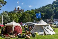 Farelo, Romênia - 12 de agosto de 2017: Barraca e preparação medievais do festival imagem de stock royalty free