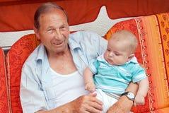 Farfadern med lite behandla som ett barn pojken royaltyfri fotografi