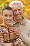 Farfadern och sonsonen som in kramar, parkerar Royaltyfria Foton