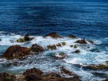 Farfalhar do Atlântico sobre rochas do tempo fotos de stock royalty free